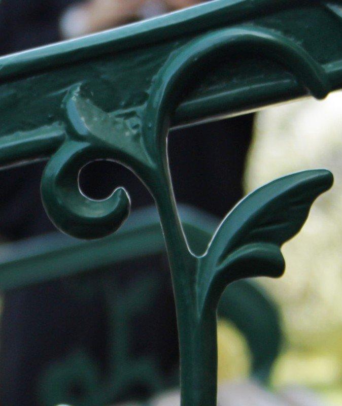 جزء من ايطار كرسي في الحديقة