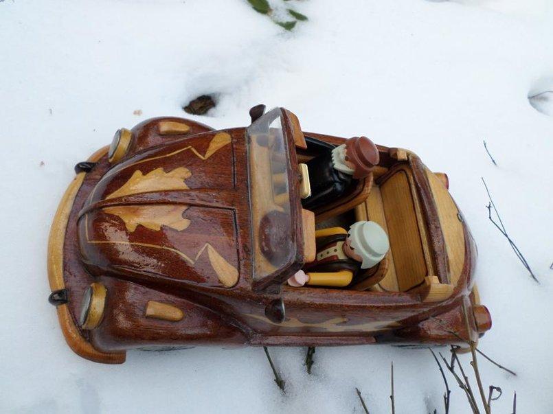 سيارة خنفساء خشبية