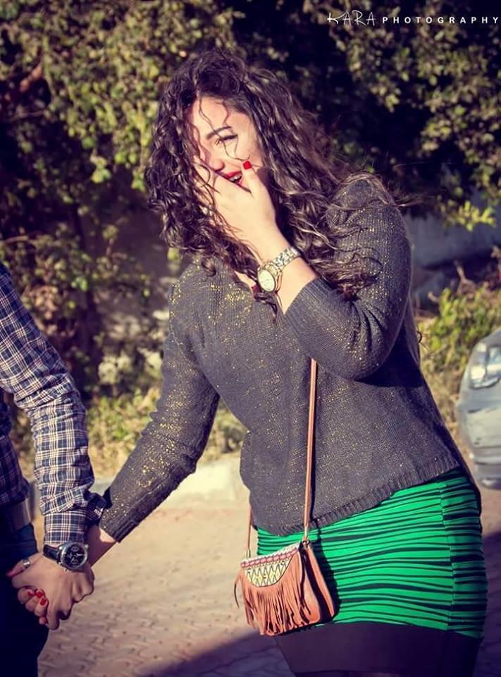 أعد شاب مصري مفاجأة مذهلة لحبيبته في عيد الحب ليطلب يدها للزواج، ما أصابها بالدهشة ودخلت في نوبة بكاء عندما عرض عليها الزواج.  اصطحب الشاب حبيبته وهي معصوبة العينين إلى باخرة وحمل بيده باقة زهور لتتفاجأ الفتاة بالأخير يعرض عليها الزواج وقدم لها الزهور، ووضع لافتة ضخمة يوجد عليها صور لهما على الباخرة ووجدت أصدقاءها وعائلتها بانتظارها، ووافقت على الزواج.