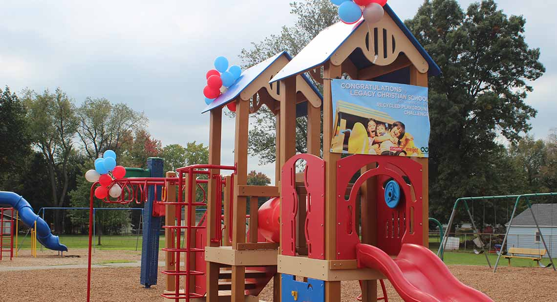 Please note that the playground color may vary from the image depicted here.