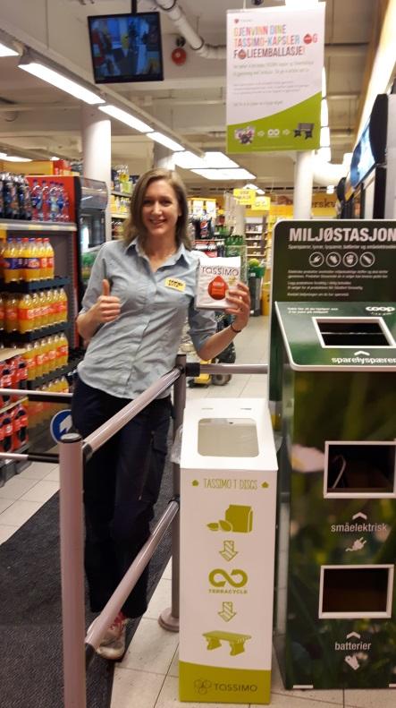 Bilde: Butikksjef Kaja Westbø Fløholm ved Coop Prix Marken viser frem det nye innsmlingsstedet for brukte kaffekapsler.