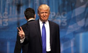 Donald-Trump making the vistory sign