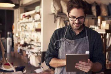 Declaração MEI - Microempreendedor em sua loja olhando para seus resultados
