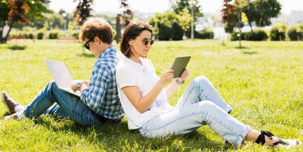 duas pessoa sentadas no jardim