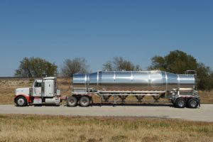 Pneumatic Vacuum Tank Trailer Side with Tractor