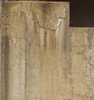 Cracked and crumbling concrete 0048