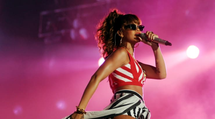Learn how Rihanna sings on stage