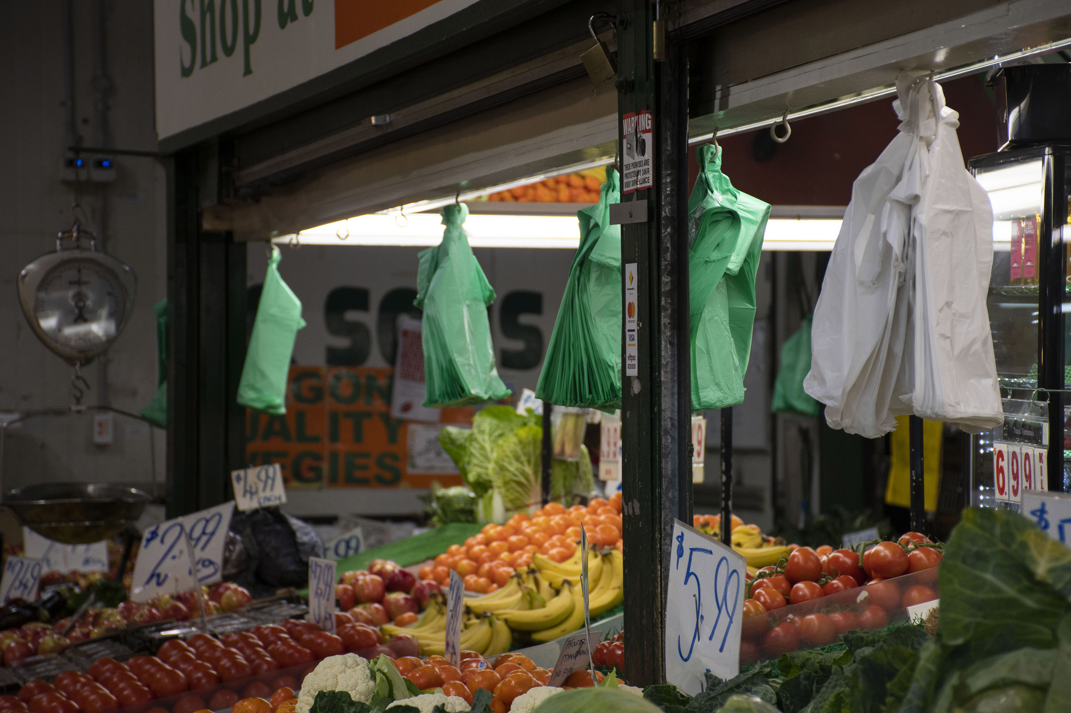 Market shoppers and vendors unfazed by Victoria's plastic bag ban
