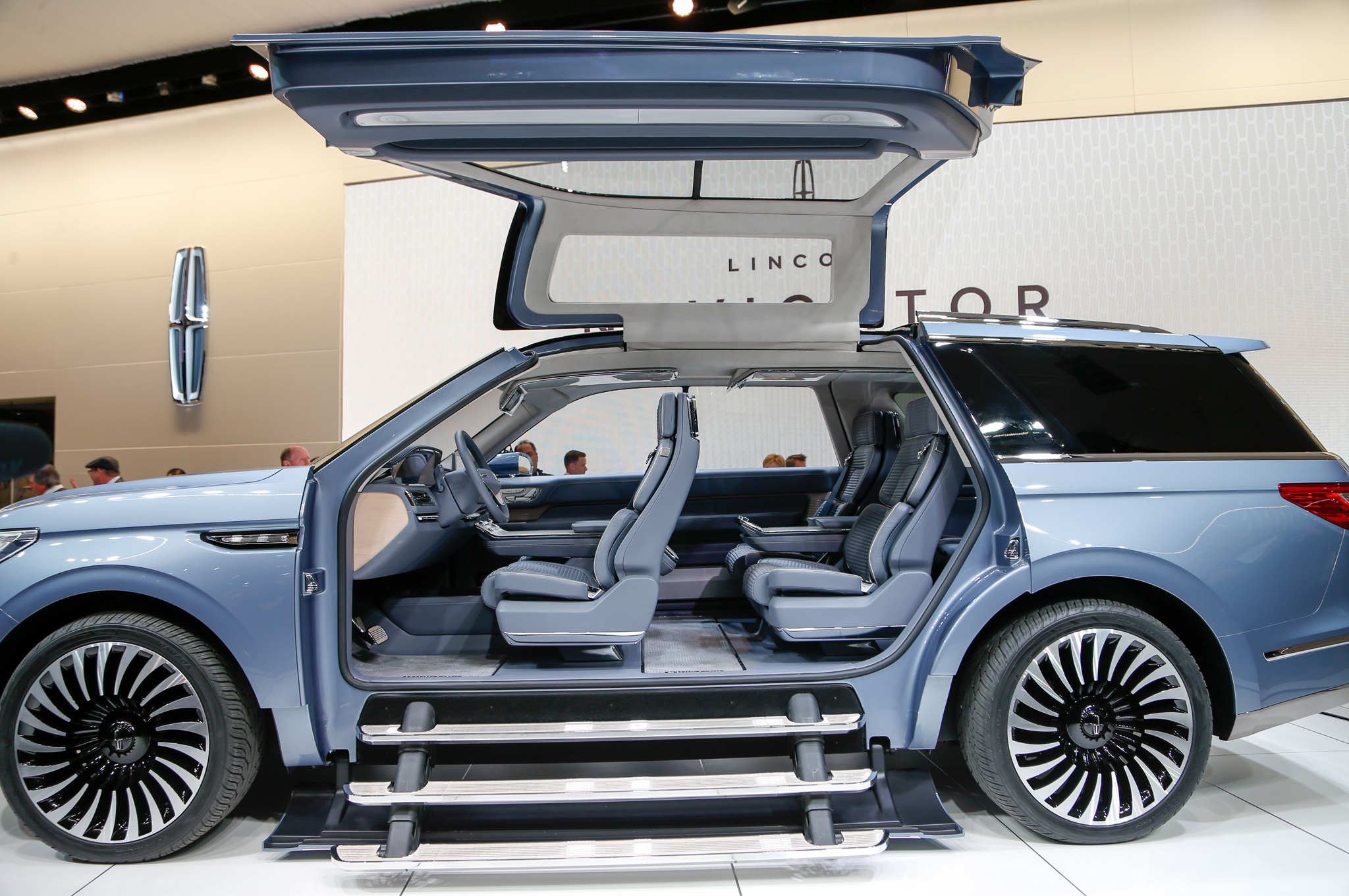 lincoln teases next generation navigator ahead of new york. Black Bedroom Furniture Sets. Home Design Ideas