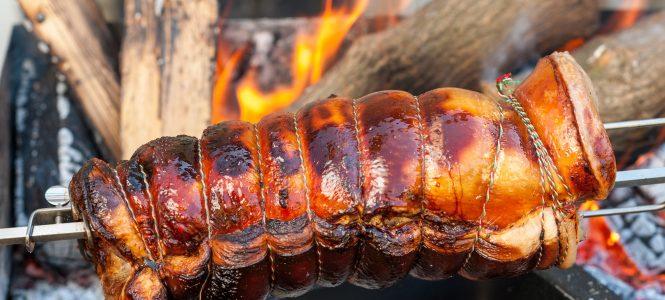 Girarrosto con carne sul barbecue