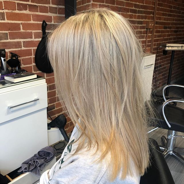 Can't stop staring at these hilights done by @slowfashionhair • • •  #aveda #avedasalon #ygk #ygkbeauty #blondehair #highlights #avedacolour #downtownkingston #kingstonbeauty #kingstonhairsalon #kingstonhair #kingstonhairstylist #davines #queensu