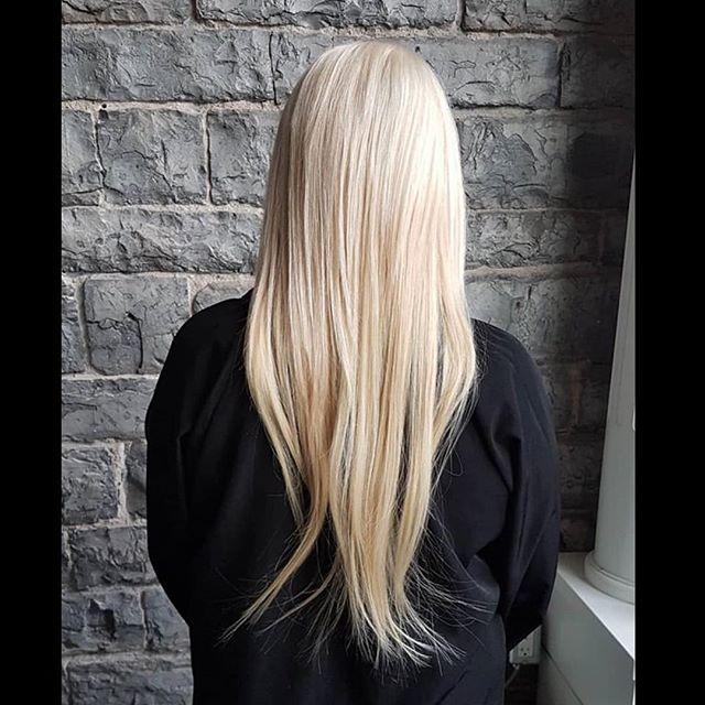 Swipe to see the before ️ Amazing transformation on this lovely client using 20 inch #hotheadshairextensions  done by the beautiful talented Kaydian  @hair_by_kaydiansmiths . . . . . . #aveda #avedacolour #ygk #salon #ygkbeauty #hotheadshairextensions #jamesbrettcoiffure #kingstonhairstylist #kingsonhair #queensuniversity