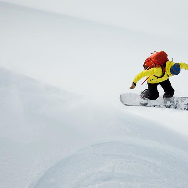 It's not as good as it looks. It's better.  @dibbledibble @jeffgertsch @hellyhansen #snowboarding #heliboarding #freeriding #goldenbc