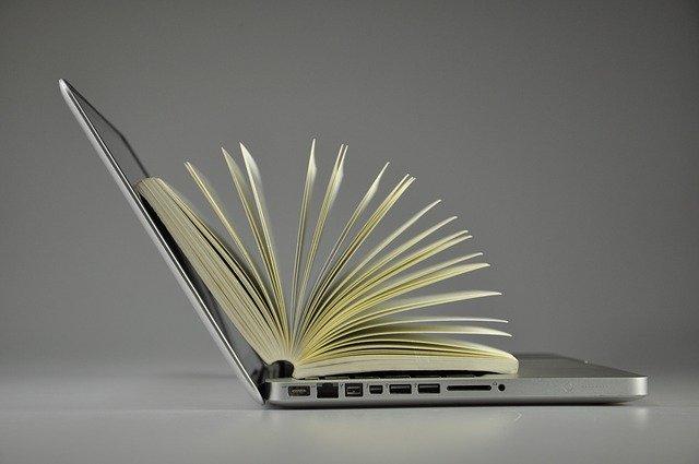 Laptop mit Buch
