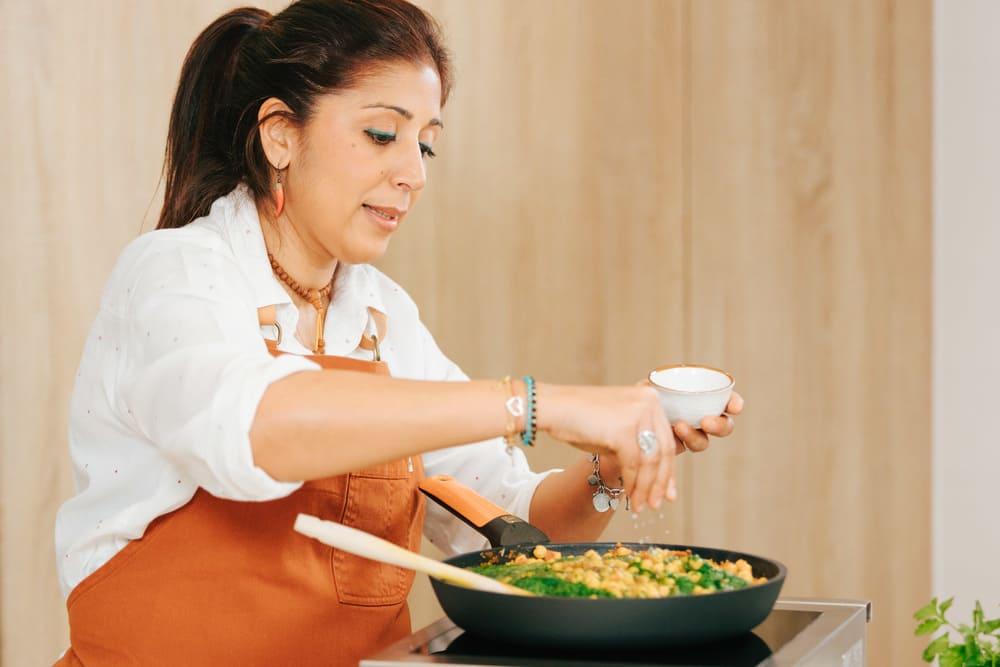 Anjalina Chugani cocinanado