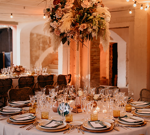 Espectacular decoracion de mesa con centro de flores elevado
