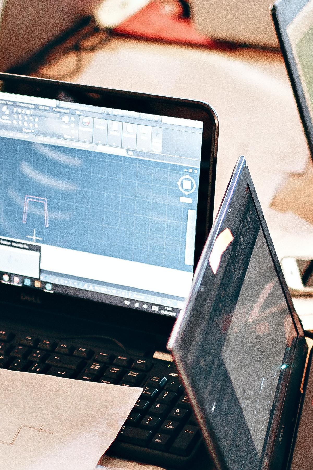 Imagen de dos portátiles trabajando con unreal engine