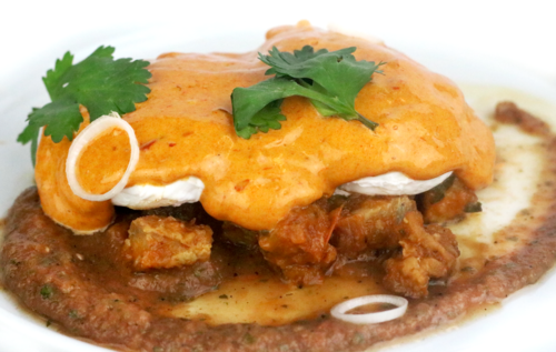 Huevos Pochados con Chicharrón y Holandesa de Chiles Secos