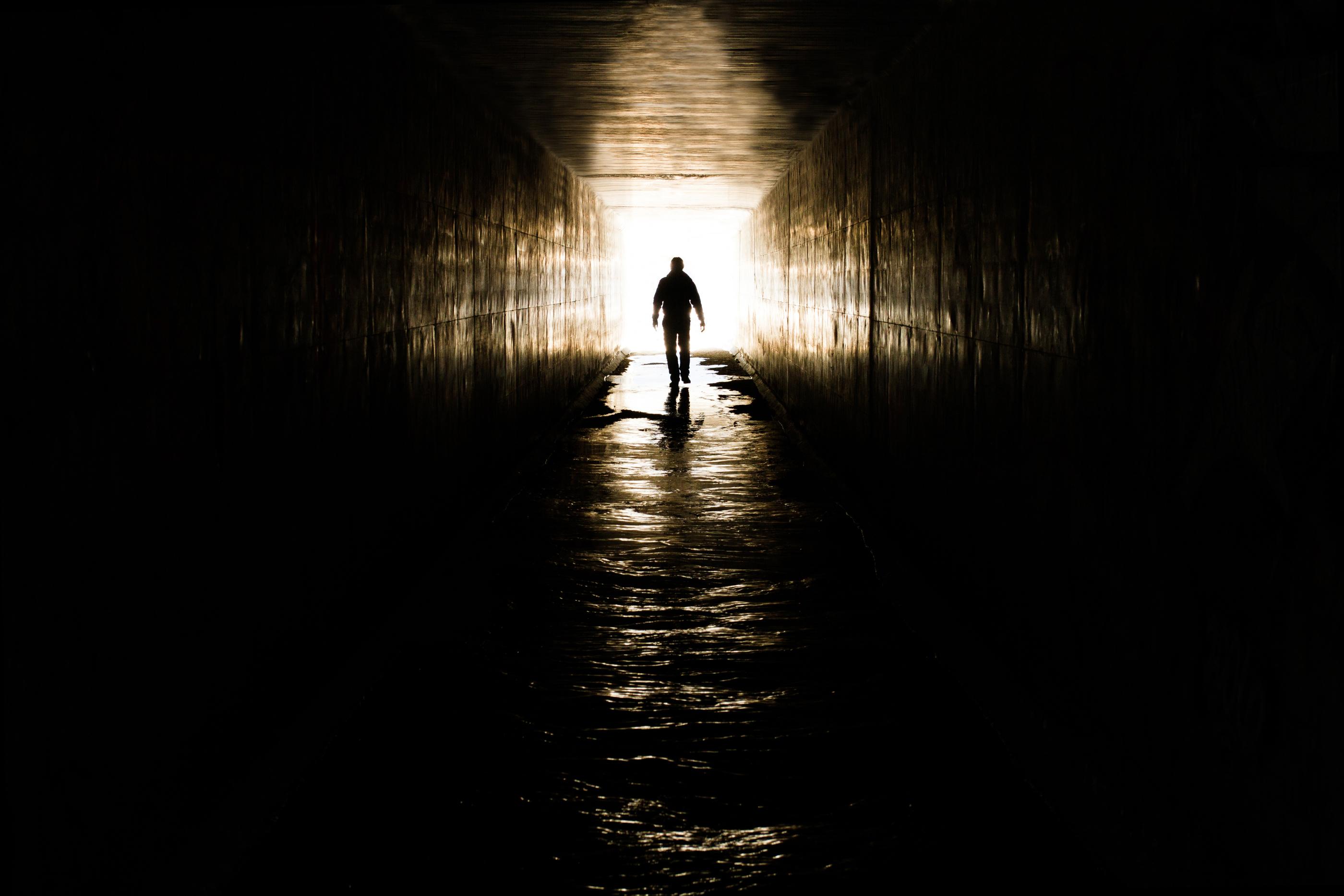 картинка уходящего в темноту узорами полу, глазурованная