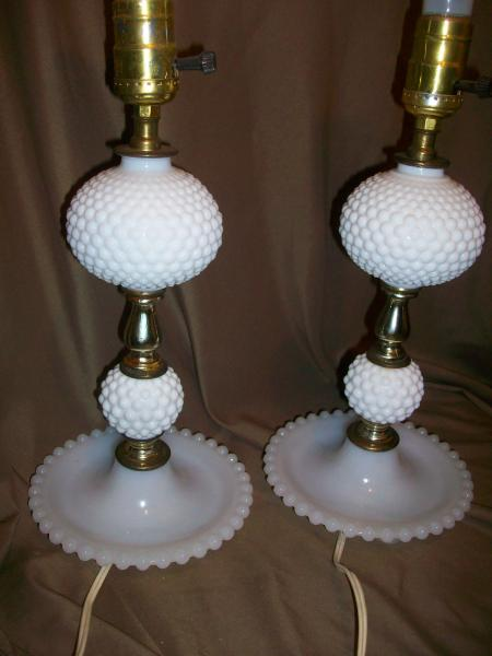 2 MID CENTURY WHITE MILK GLASS TABLE LAMPS BEDSIDE ACCENT