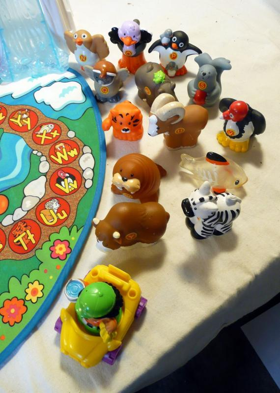 Fisher Price Little People A Z Learning Zoo w 26 Animals Alphabet