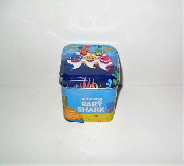BABY SHARK TIN 1 CHARM /& CLIP 2 MAGNETS 2 STICKER CARDS 1 MINI POSTER d