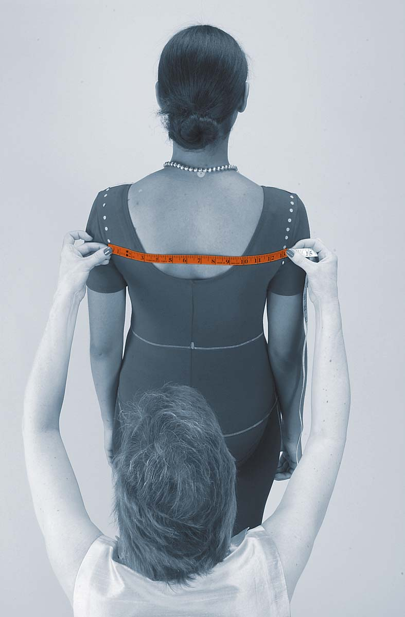 measuring the shoulders of the body