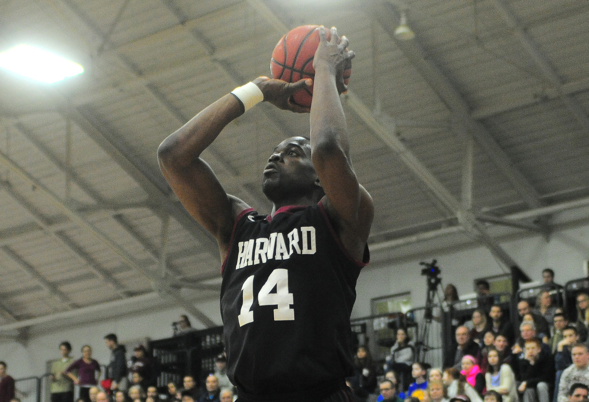 The Crimson finished out the regular season with a 72-62 win over Brown. With Yale's 59-58 loss to Dartmouth an hour later, Harvard and the Bulldogs share the Ivy title and will face off in a one-game playoff to determine which team will represent the Ivy League at the NCAA Tournament.