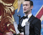 Joseph Gordon-Levitt as Hasty Pudding Man of the Year