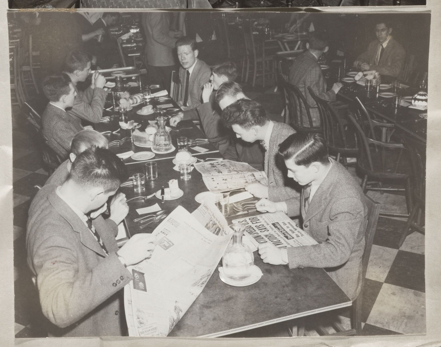 Students in Lowell House dining room, 1943.