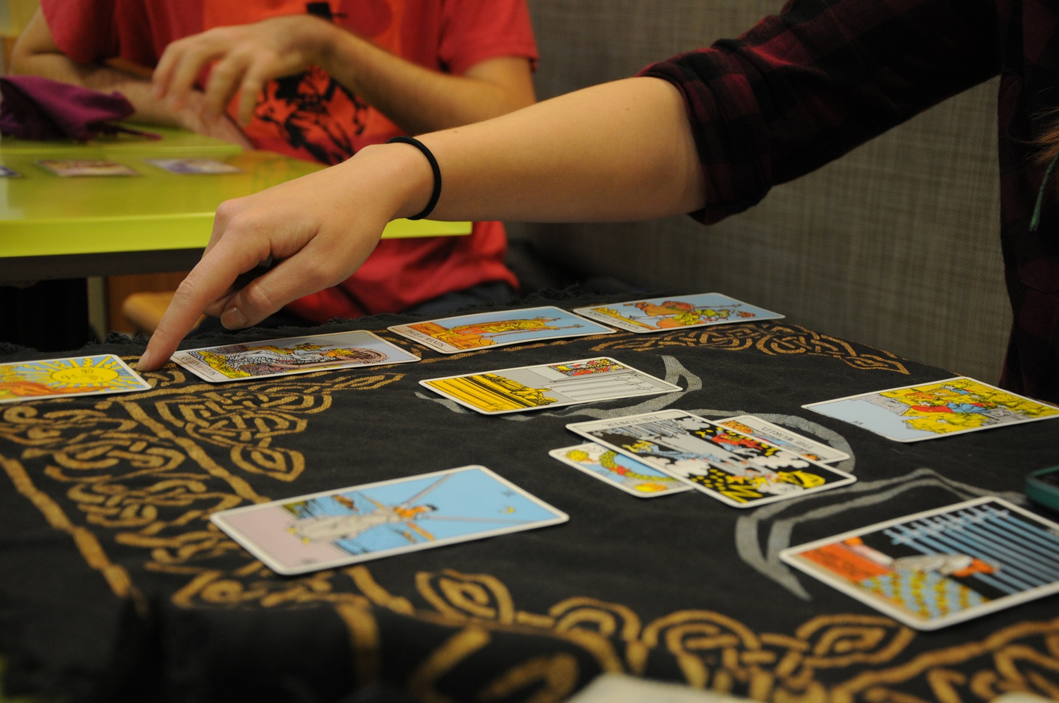 The method used to orient the tarot cards influences how the reader interprets the cards' meanings.