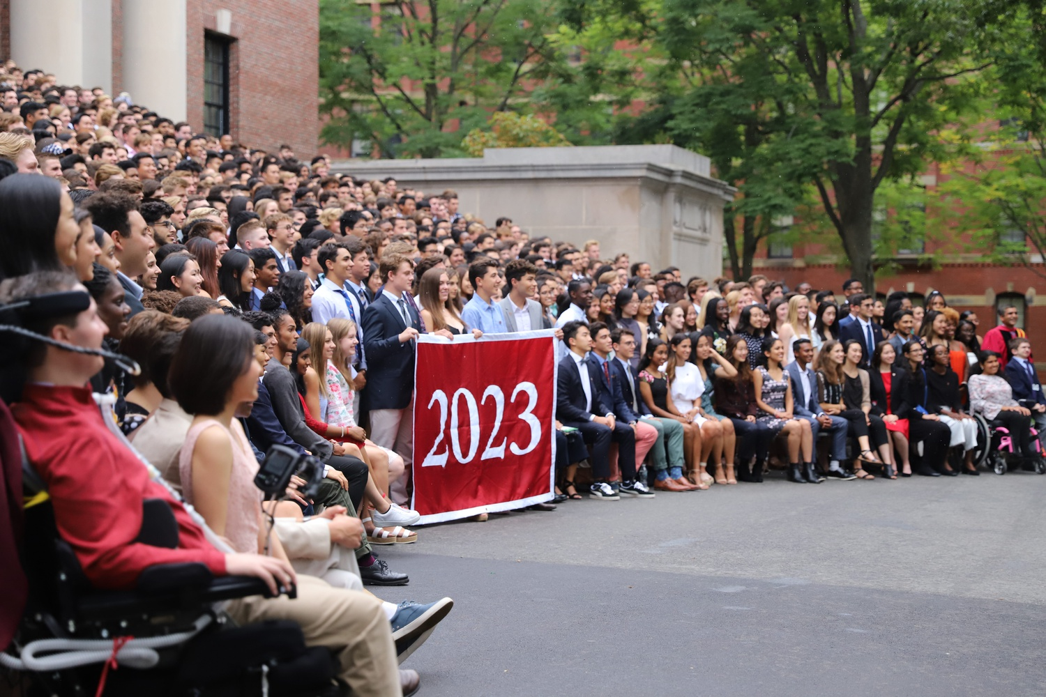 Despite the rain, the Class of 2023 gathered to take a class photo, an annual tradition for the first-year class after attending convocation.