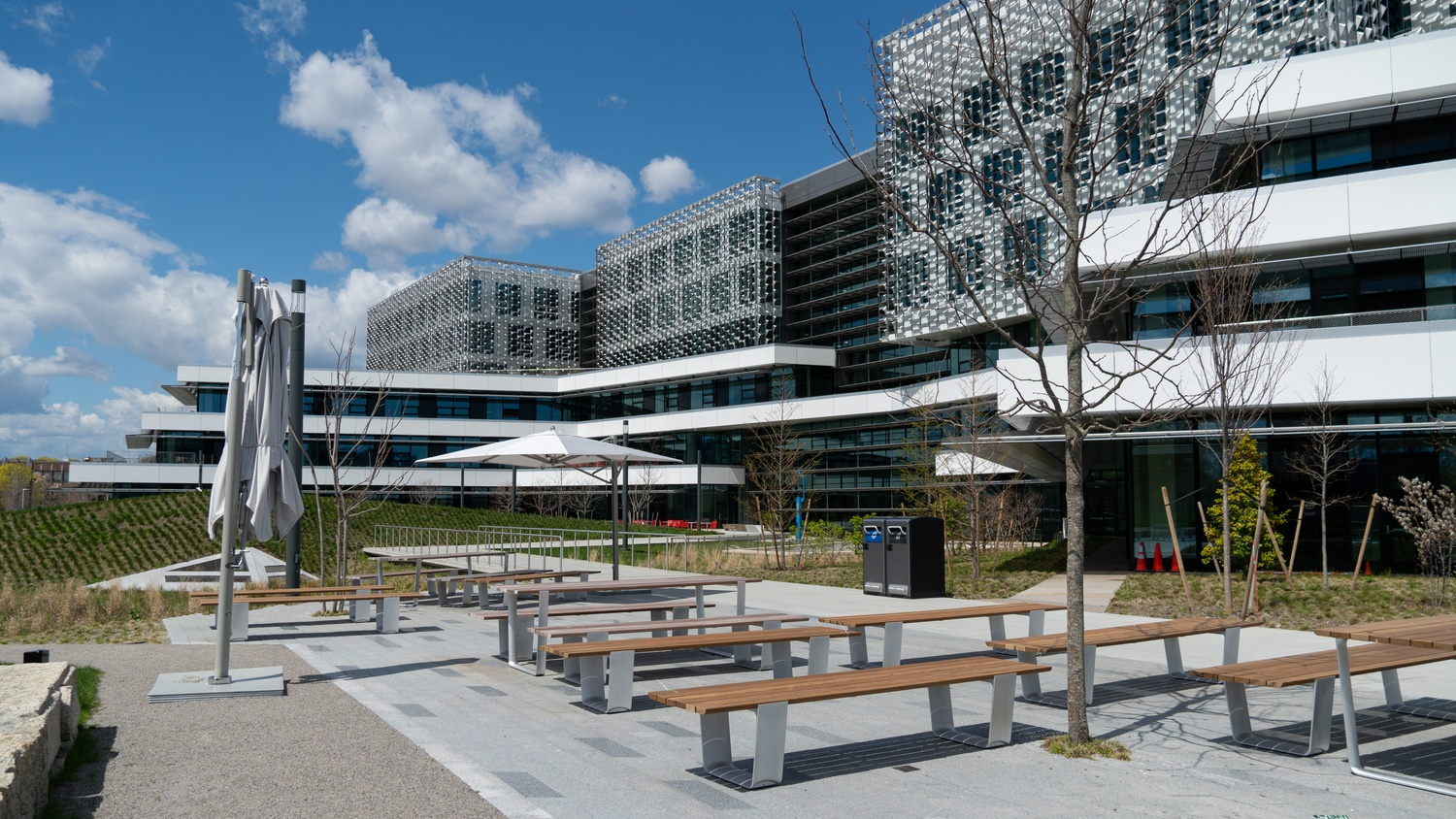 The landscaped Engineering Yard on the south side of the complex has outdoor study space, and can also function as an amphitheater.