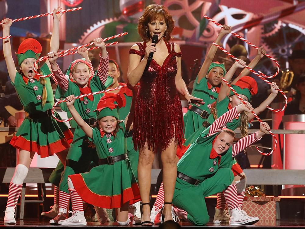 Cma Country Christmas.Watch Reba Mcentire Perform Hard Candy Christmas In Sneak