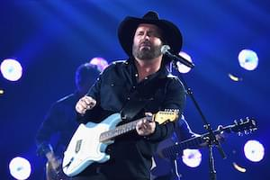 Garth Brooks and an 800-Person Choir Make for An Epic Performance
