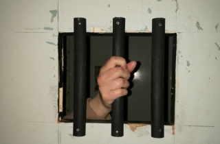 Handonprisonbar