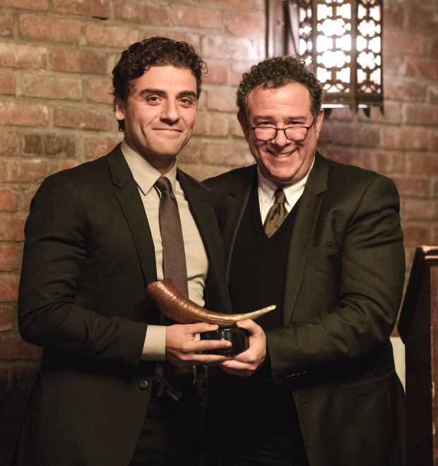 During the evening, Oscaar Isaac received his award from director Michael Greif.