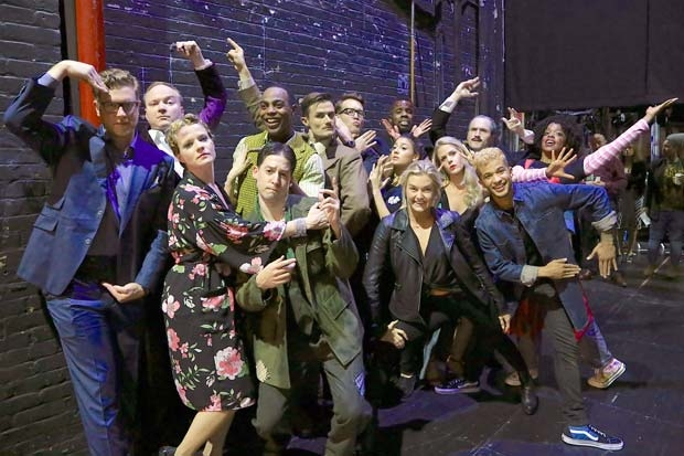 The cast of The Play That Goes Wrong poses backstage with Lindsay Arnold and Jordan Fisher.
