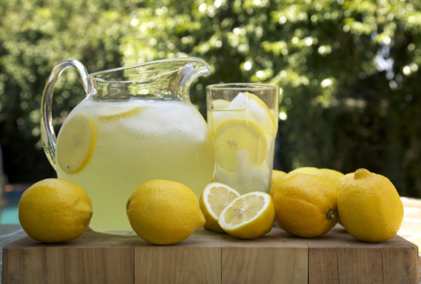 lemonade-pitcher-with-lemons-2