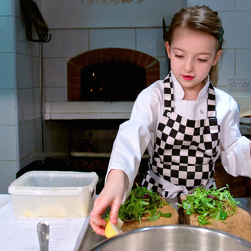 Kids' menu - Amélie prepares the food