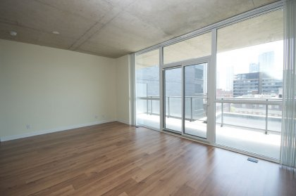 Bright 9Ft. Floor-To-Ceiling Windows With Gleaming Hardwood Flooring Throughout The Living Areas.