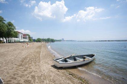 Sunnyside Beach Located Across The Street.