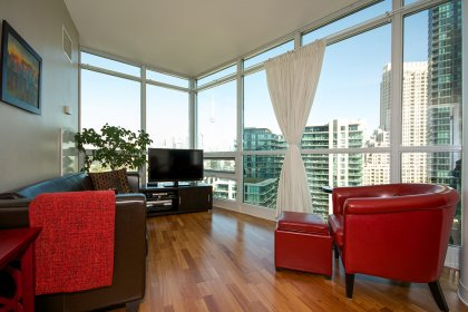 Bright 9Ft. Floor-To-Ceiling Wrap Around Windows With Laminate Flooring Facing The C.N. Tower & Balcony Lake Views.