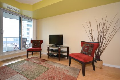 Floor-To-Ceiling Windows With Laminate Flooring Throughout The Living Areas Onlooking Balcony C.N. Tower & Lake Views.