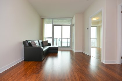 Bright 9' Floor-To-Ceiling Windows With Hardwood Flooring Throughout Facing Stunning Direct South Lake Views.