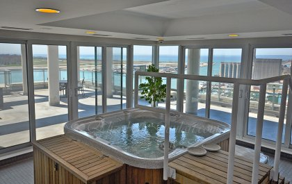 Roof Top Jacuzzi Overlooking Stunning Lake & Island Views.
