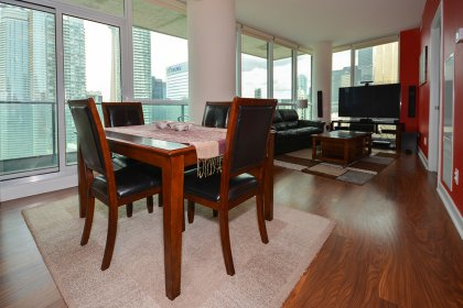 Bright 9' Floor-To-Ceiling Wrap Around Windows With Laminate Flooring & A Huge Balcony Facing West C.N. Tower & Lake Views.