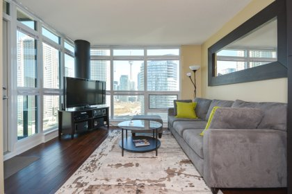 Bright 9Ft. Floor-To-Ceiling Wrap Around Windows With Hardwood Flooring Throughout Facing C.N. Tower & Lake Views.