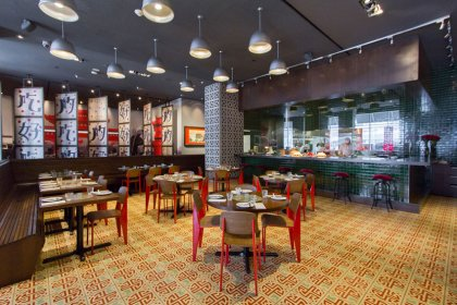 Enjoy Direct & Convenient Access Into The SoHo Metropolitan Hotel Sen5es Cafe, Luckee & Wahlburgers Bar / Restaurants.