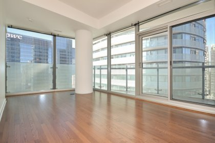 Bright Floor-To-Ceiling Wrap Around Windows With Hardwood Flooring Throughout The Living Areas & Juliette C.N. Tower & Balcony Lake Views.